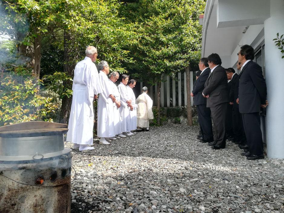 八幡神社境内。手前に湯を沸かす釜、神社総代や役員の方たちと宮司さん。