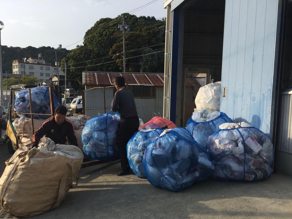 集まったゴミはフォークリフトで船まで運搬