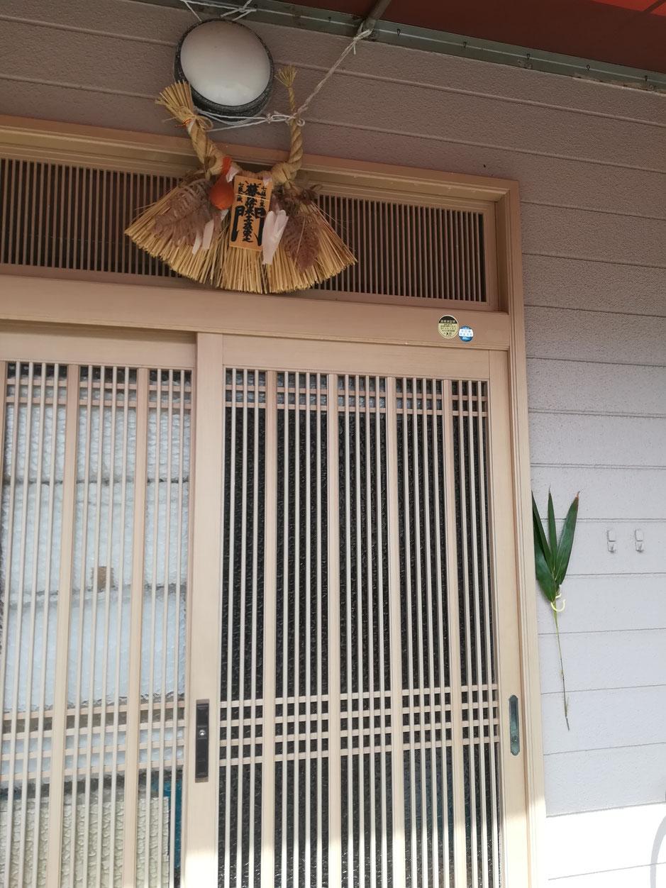 笹が飾られた玄関。