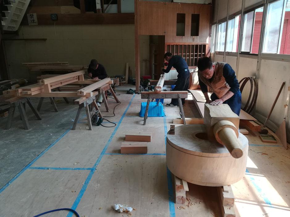 お木車の制作現場で作業する大工さんたち
