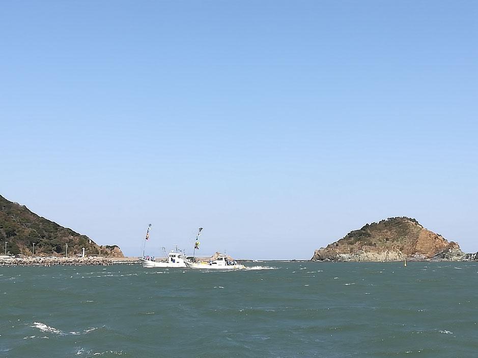 港を出てすぐにぐるりと一周する船2隻。