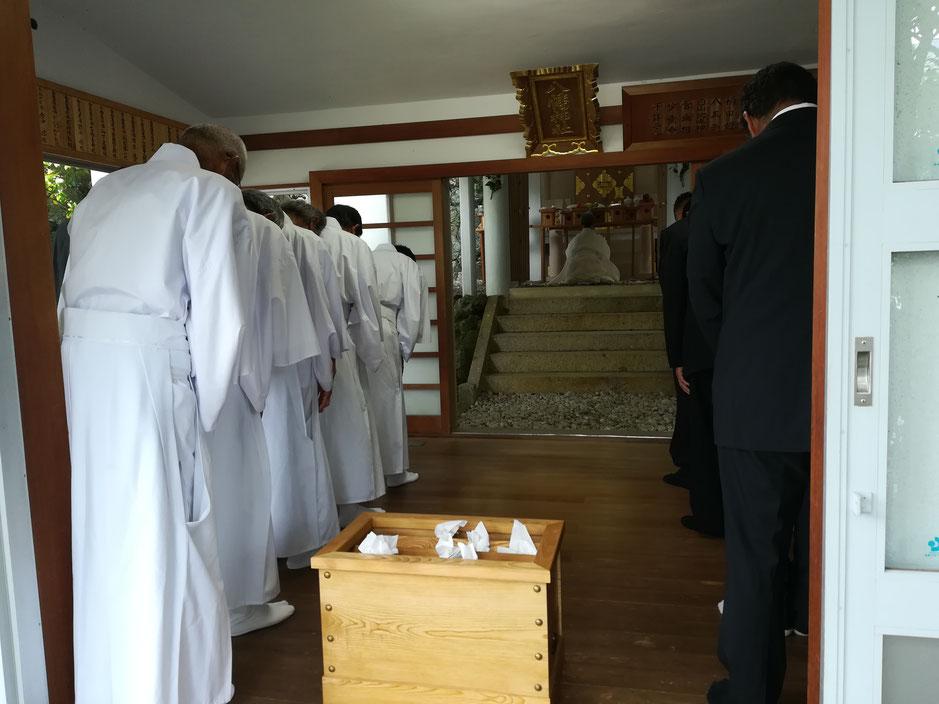 拝殿内で祈祷を行う人たち。