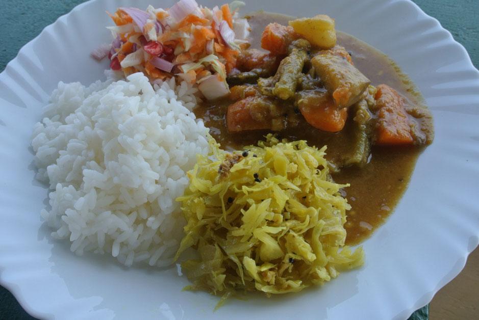 PVA Ayurvedic Hospitalの昼食。一日で一番消化の力が強い昼は、しっかり満足したいもの。