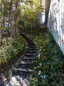 Die Treppe neben der Brücke