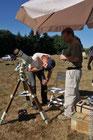 deux personnes réglent un téléscope