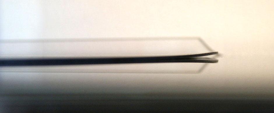 Eine Vinyl Schallplatte mit kurzer Verwellung vor dem Begradigen