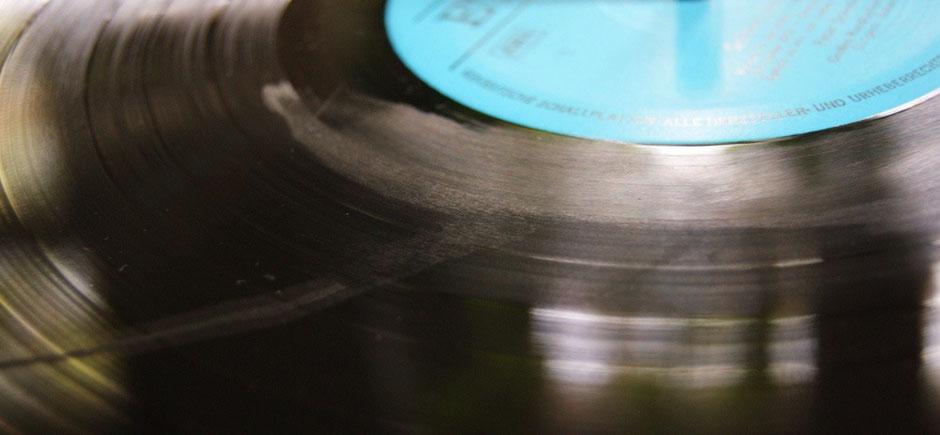 Spülmittel in der Reinigungsflüssigkeit hinterlässt Spuren auf der Schallplatte