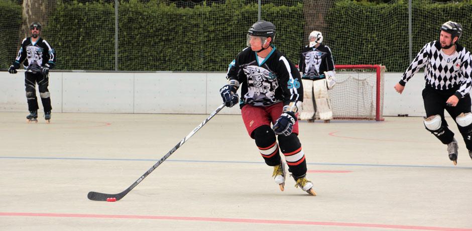 Wo ist der freie Mann? Hendrik Fichtner skatet mit der Scheibe nach vorne. Foto: Achim Richter
