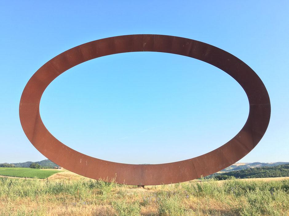 Durchblicken. Fremdkörper oder Teil vom Ganzen. Künstlich oder natürlich. Ausschnitt vom Ganzen | Mandala Tre Querce, Volterra, Toscana.