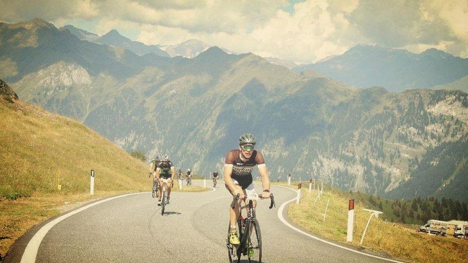 Der Ötztal Radmarathon mit kräftezehrenden Steigungen, die den Fahrern alles abverlangte.Vier hohe Alpenpässe mit fast unvorstellbaren 5.500 Höhenmetern