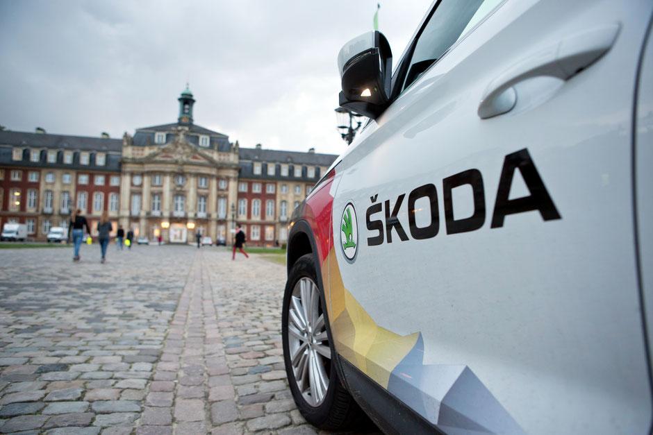 """SKODA beim Münsterland Giro mit Begleitfahrzeugen und Jedermann-Team am Start / SKODA unterstützt den Münsterland Giro als Fahrzeugpartner. """"obs/Skoda Auto Deutschland GmbH"""""""