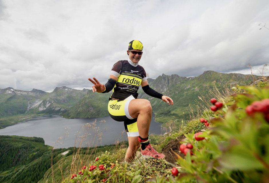 Isabel Schaller startete beim Arctic Triple Triathlon in Norwegen und berichtet uns hier über ihren Wettkampftag (hier auf den Tjeldbergtinden) +++