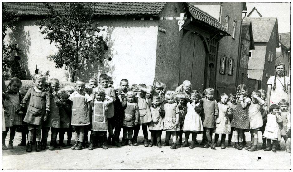 Kinder des Erntekindergartens 1936