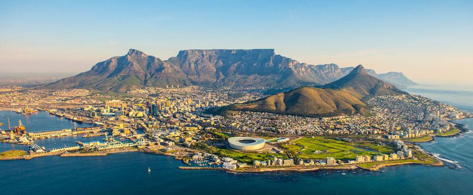 Kapstadt mit Blick auf den Hafen, das Fussball-WM-Stadion 2010, den Lionshead und auf das Wahrzeichen der Stadt - den Tafelberg