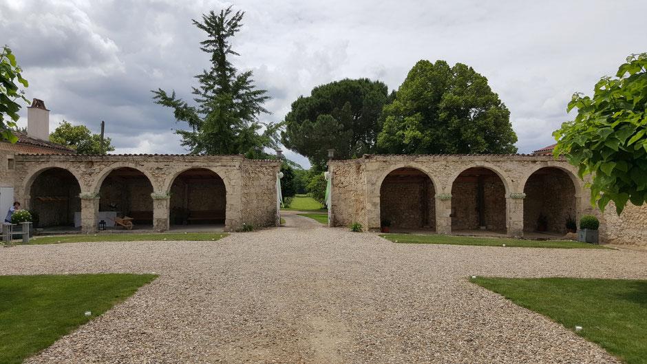 Cour à arcades datant du XVIII° siècle à mi-chemin entre Bordeaux et Toulouse