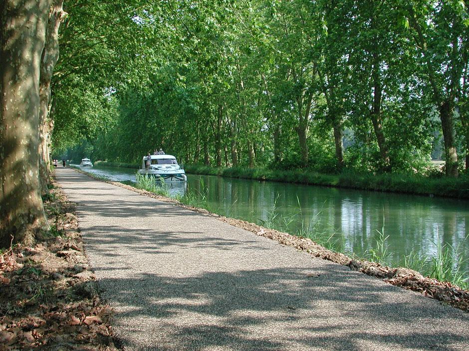 Le Canal de Garonne est proche du Château la Hitte à Lavardac dans le Lot-et-Garonne