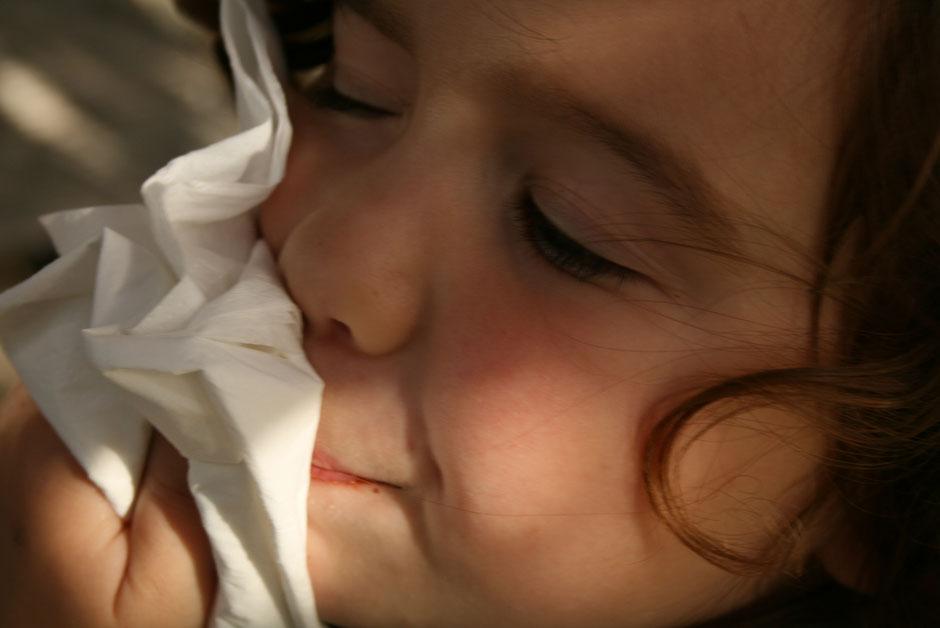 L'enfant éternue beaucoup lors de rhinites allergiques