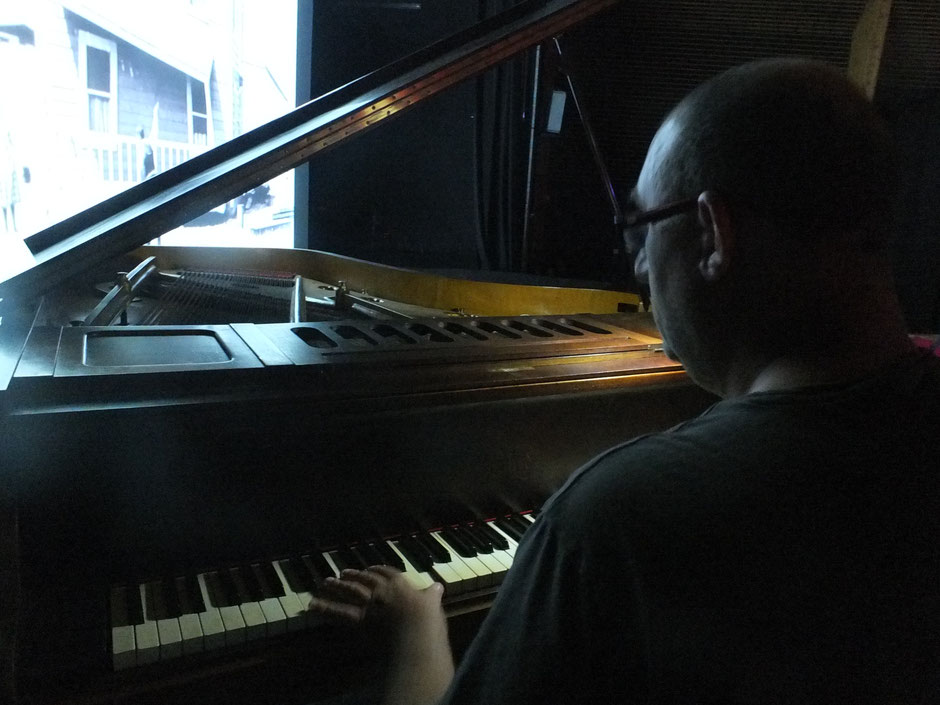Frédéric Renaud au piano pour une improvisation musicale sur deux courts-métrages de Max Linder et Buster Keaton. Photos Jean-Louis Burési