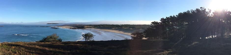Qui dit qu'il pleut tout le temps en Bretagne? Photo prise au mois de décembre 2016 de la point aux Chèvres: Vue de la plage de Vieux Bourg. Le Cap Fréhel flotte dans les nuages au fond de l'image.