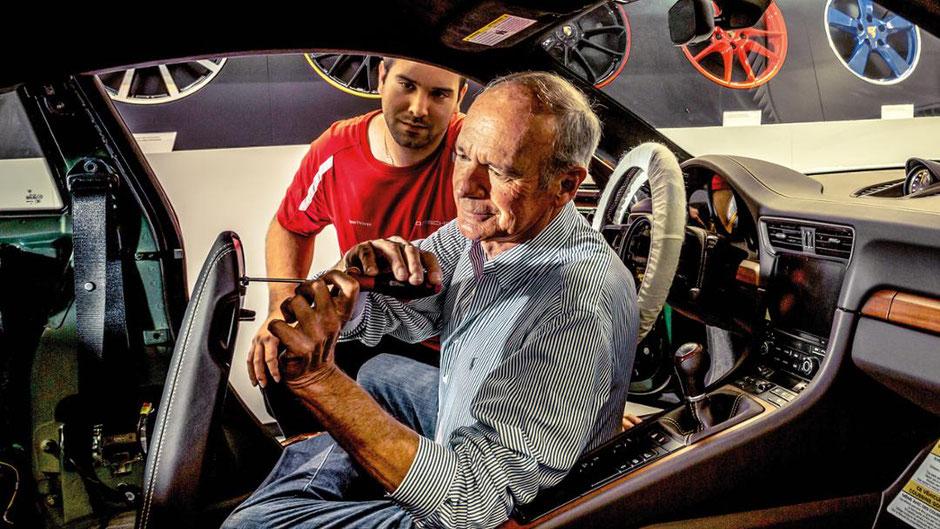 Jorge Carnicero zieht eine Schraube in der Mittelarmlehne seines 911 GT3 Touring an