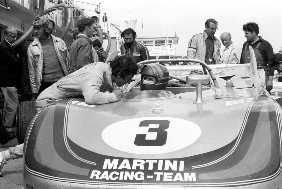 1971: Nürburgring, 1.000 km-Rennen - Gérard Larrousse im 908/03 Spyder, links beugt sich Vic Elford zu ihm. Im Hintergrund: 2.v.l. Hans Dieter Dechent, rechts neben ihm Hans Herrmann, ganz rechts Rennmechaniker Fritz Spingler, 3.v.r. Peter Falk.