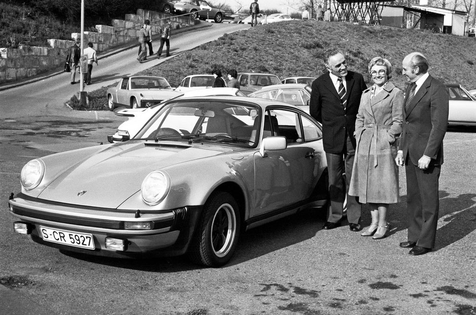 Harald Wagner (links) übergibt einen 911 Turbo 3,0 Coupé (Mj. 1976) an Familie Pietsch.