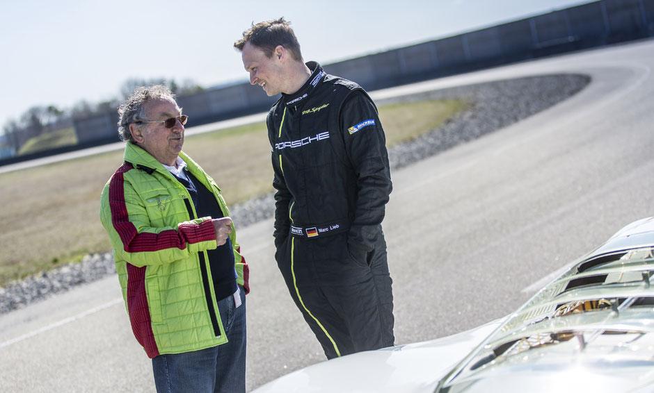 Heute begleitet Kurt Ahrens das Porsche Museum noch immer. Darunter zählt auch der Austausch mit der jüngeren Rennfahrer-Generation wie hier mit Le Mans-Sieger Marc Lieb.