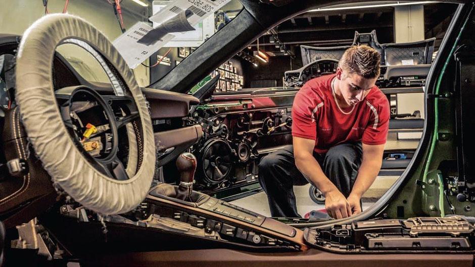 In der Porsche Exclusive Manufaktur wird die von Jorge Carnicero gewählte Türeinstiegsblende in das Fahrzeug montiert