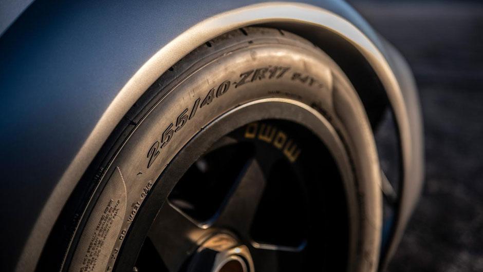Die Momo-Räder mit Zentralverschluss-Felgen sind im Stil des 935 oder 956