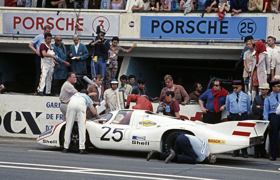 14.6.1970, 24-Stunden von Le Mans: Vic Elford und Kurt Ahrens auf einem 917 LH Coupé. Hinter dem Fahrzeug v.l.n.r.: Helmuth Bott, Gerhard Küchle, Kurt Ahrens, Helmut Flegl, Vic Elford, hinter ihm Roland Bemsel, neben Vic Elford Werner Enz.