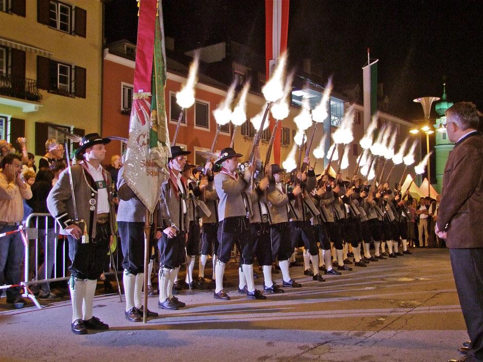 Salve der Schützenkompanie Schlaiten beim Landesüblichen Empfang am Hauptplatz in Lienz 2009