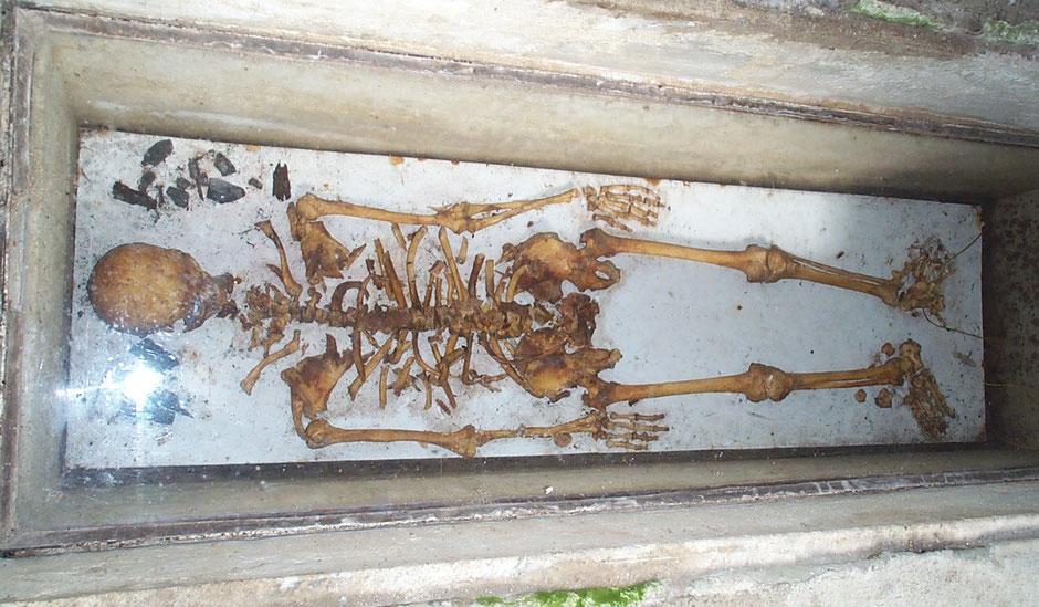Squelette d'un précepteur de la commanderie à la place d'honneur au pied de l'autel