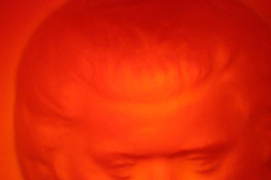 Foto: komplett feuerroter Kopf einer Skulptur. Wer sieht rot? Emotionen in den Griff kriegen.