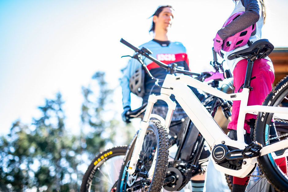 Eine Frau und ein Mann auf ihren e-MTBs mit dem  PW-ST Antrieb von Yamaha