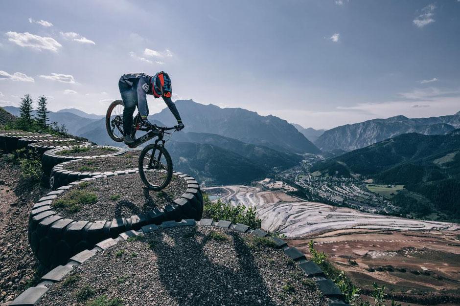 Die besten e-MTBs der Kategorien Allmountain, Downhill, XC, Enduro usw. bei e-MTB.de
