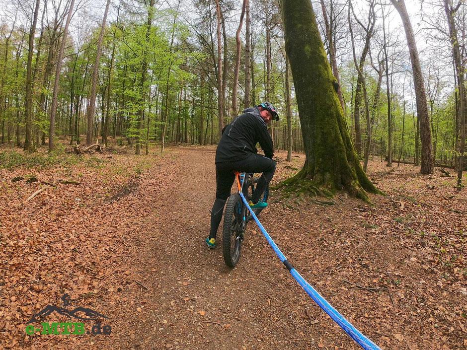 Am vorderen e-Mountainbike wird das Seil im Bereich Sitzrohr-Sattel befestigt.