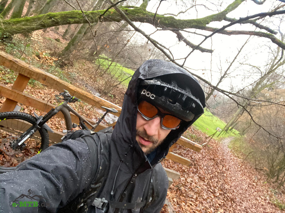Tester Aron fährt das e-MTB Specialized Kenevo auf dem Trail