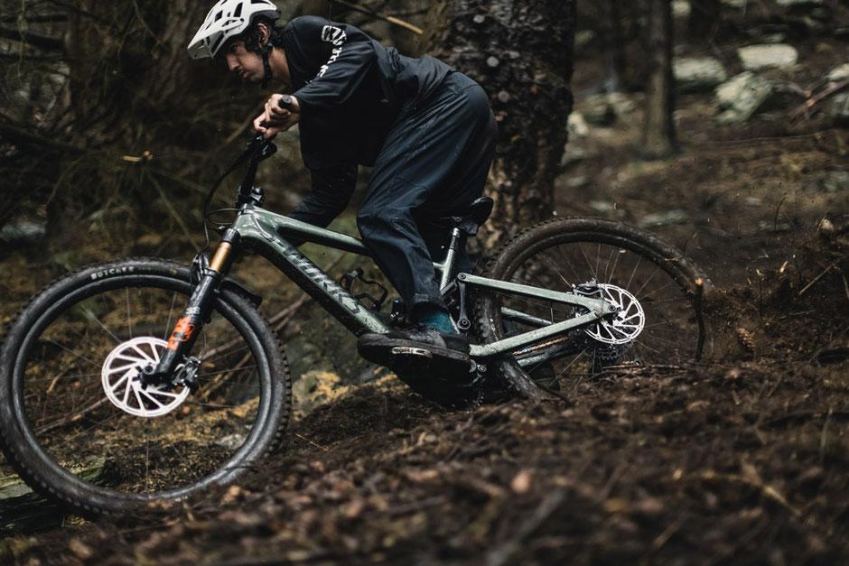 e-MTB Fahrer auf dem neuen leichten Specialized Kenevo SL S-Works Mountainbike im Wald