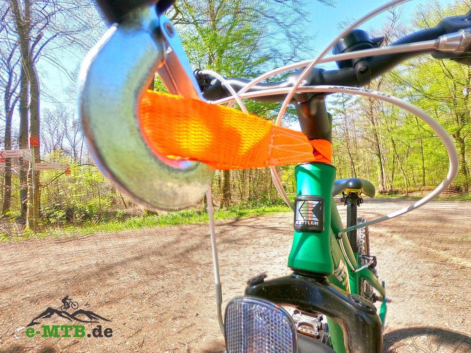 Das Abschleppseil für das Fahrrad wird am Spacer befestigt.