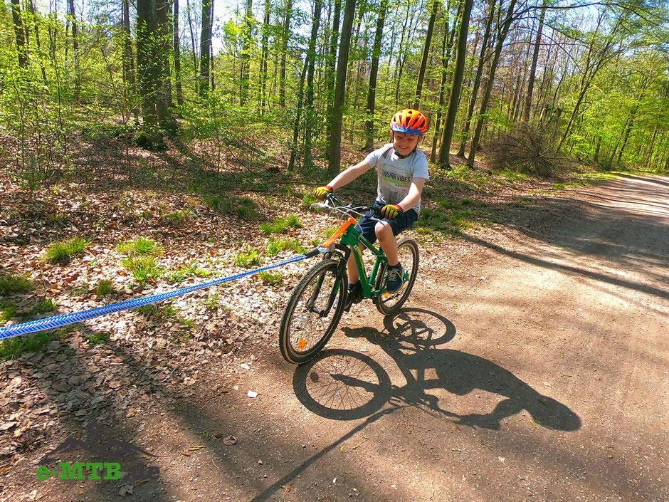 e-Bike Tour mit glücklichen Kindern, dank des Abschleppseils!