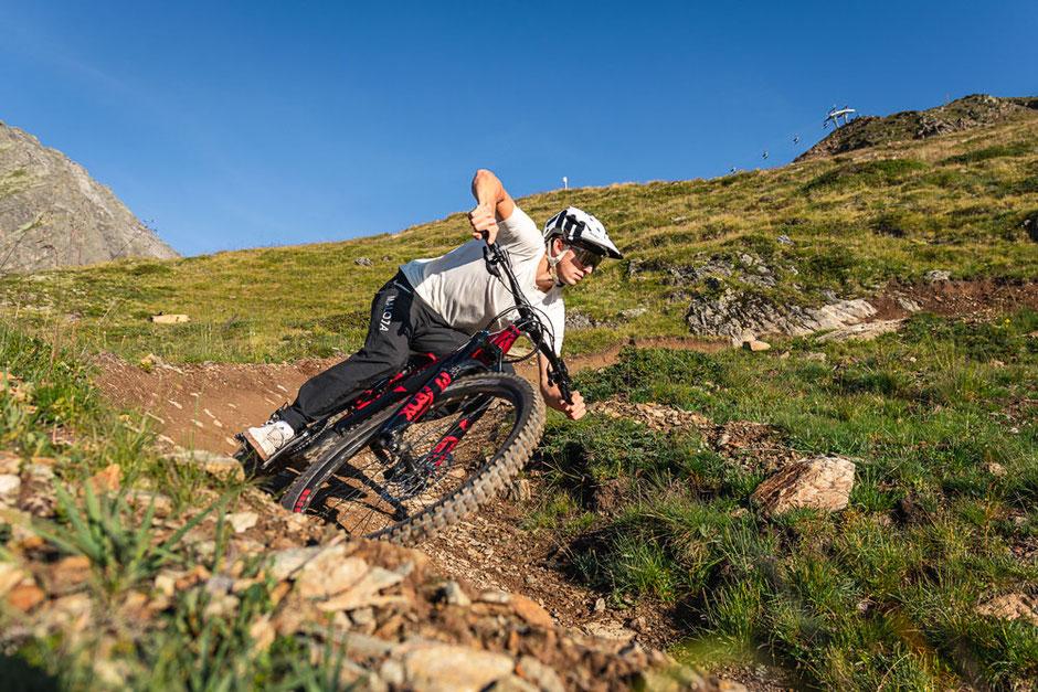 Mann auf dem Trailray E e-Mountainbike