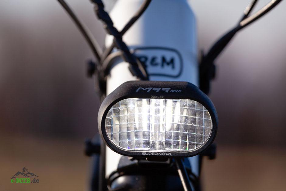 e-Mountainbike mit Abblend- und Fernlicht
