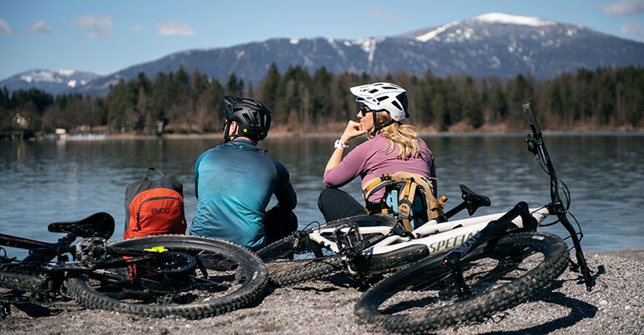 Ein Paar auf Reisen mit e-Mountainbieks