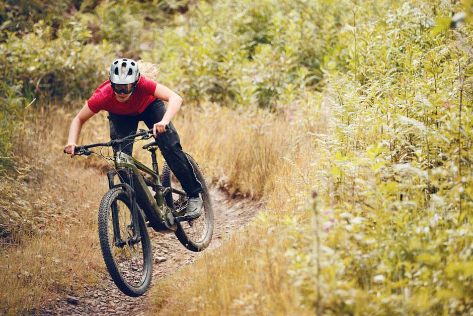 Moodbild von einer Frau auf dem Cannondale Habit Neo e-Mountainbike
