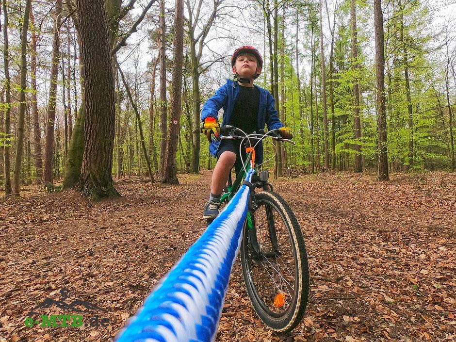e-Mountainbiken mit Kindern mit Hilfe eines Abschleppseils