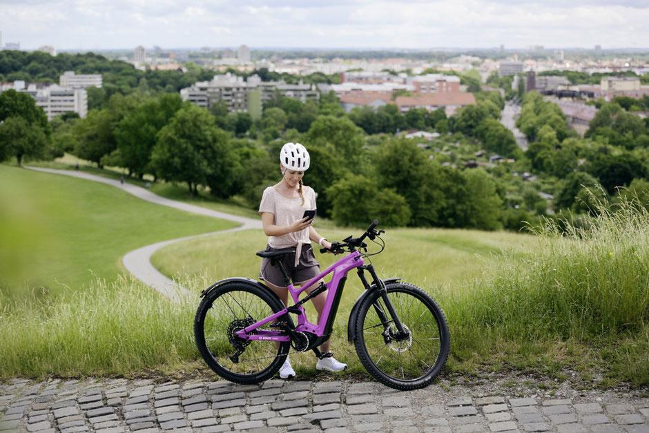 e-MTB Fahrerin mit den neuen Bosch Produkten 2022