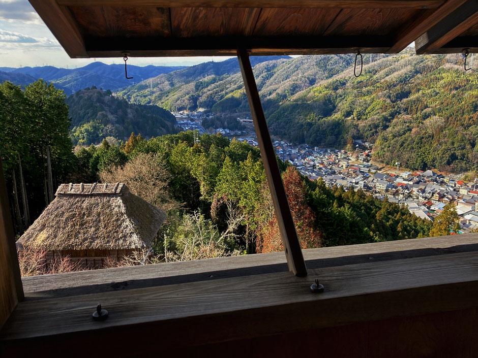 高櫓の二階から足助の古い町並みを見下ろす。手前は茅葺の西物見台