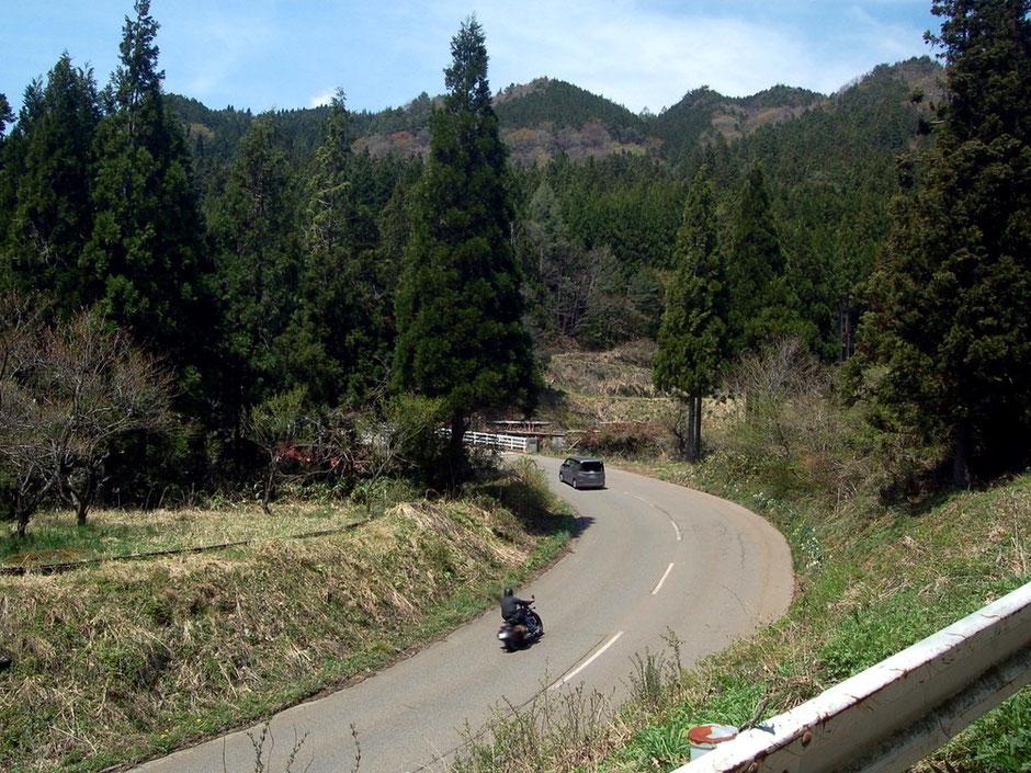のどかな山間部に気持ちの良いコーナーが続くやまびこロード