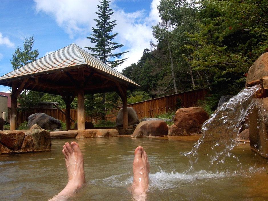鉄分による茶色のにごり湯が特徴の濁河温泉。市営露天風呂は500円で入湯OK
