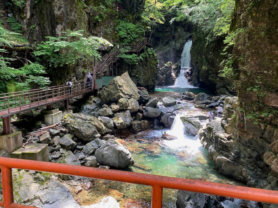奥に見えるのが三ツ滝の中段と下段の滝。さらに奥に上段の滝がある